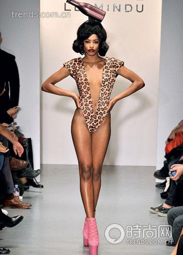 charlie le mindu以夸张的头饰轰动时装界,这是他2011春夏设计图片