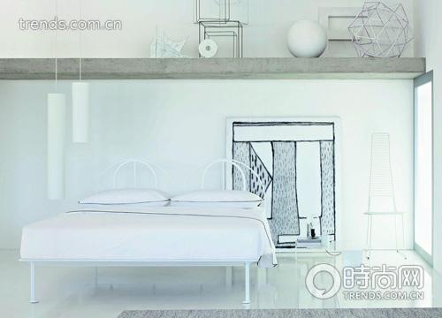 纯白简洁的钢管,搭配床头简练的欧式风格曲度
