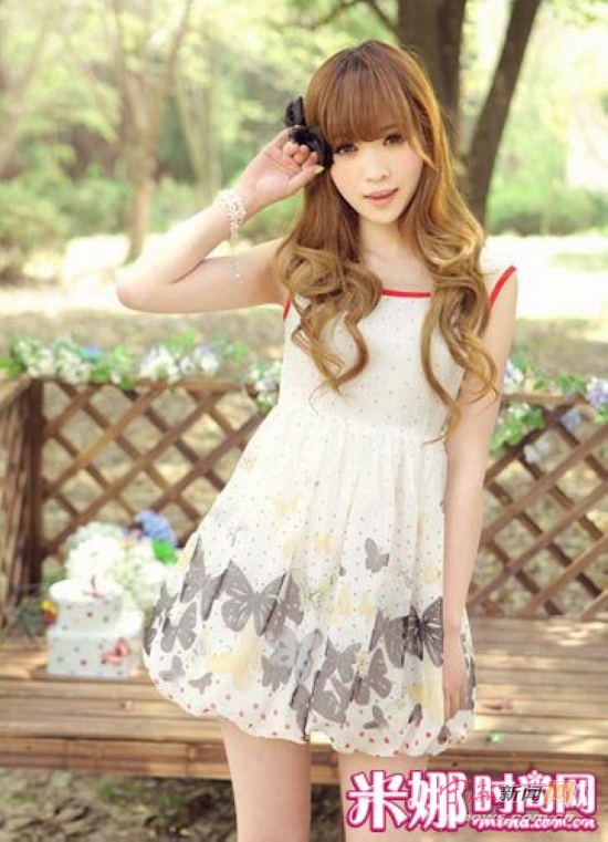 蝴蝶图案与下摆膨胀的设计适合甜美娇小的女孩,完美表现可爱与甜美.
