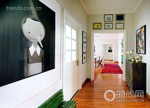 而在卧室里,上世纪四十年代上海的青铜绿床榻,墨绿军用柜,还有蓝色老