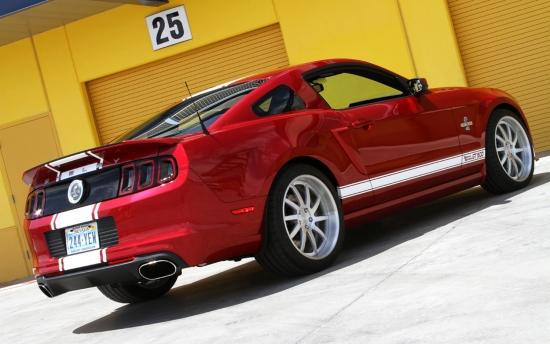 福特野马最强车型Shelby GT500,最近得到了一款名为Super Snake的改装套件,可谓是如虎添翼。这款福特野马Shelby GT500 Super Snake车型只有500个生产限额,基础的改装套件将收取28995美元,机械增压版更高达39,995美元。Super Snake套件包括换装福特运动悬挂系统(包含可调阻尼、弹簧K数增加与防倾杆),搭配20寸专属铝合金轮毂和高性能轮胎,并装配Borla全段排气系统、高流量进气系统。   2013款福特野马Shelby GT500搭载一款排量为5.