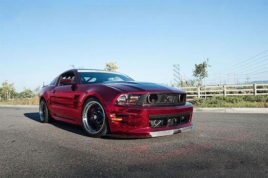 """这台福特野马Shelby GT500在本来就很吸引眼球的外形基础上,又增加了骚红色镀铬涂装。以一种十分张扬的方式展现出车主的个性,的确是很美国的改装方式。   这台野马的动力系统并不是改装的特别强劲,所以内饰也没有做全面的防滚架,完全可以满足安全需要。碳纤维轻量化也是""""点到为止""""。升级的电子设备也是可以下赛道也可以日常使用。"""