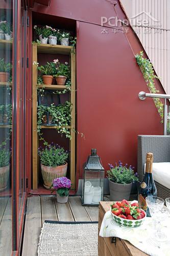 设计重点:公寓拥有一个舒适,清新的阳台供人休息与聚会,砖红色的