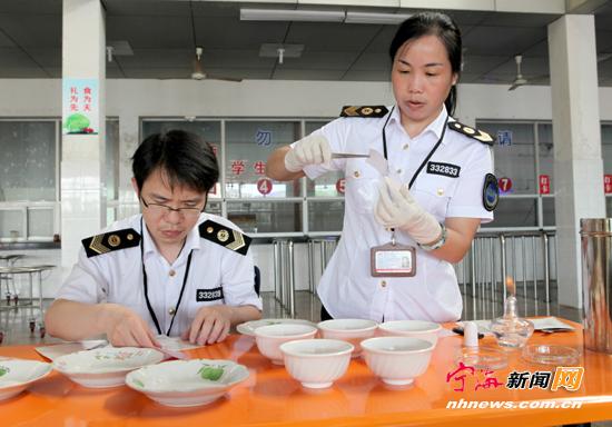 杏树社区:志愿者巡逻护航高考
